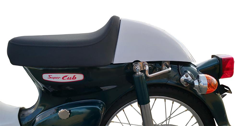 カブ50デラックスにシート・テールカウルを装着した例